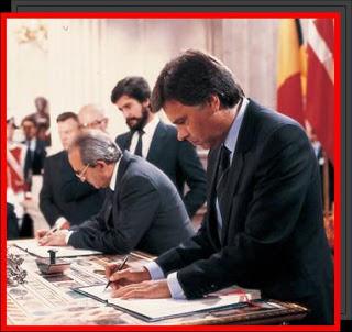 Felipe González firma el Tratado de Adhesión a la Comunidad Económica Europea en 1985.