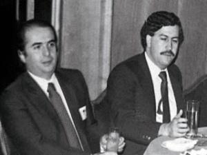 Enrique Sarasola, con importantes negocios en Medellín, invitó a Pablo Escobar a la toma de posesión como Jefe de Gobierno de Felipe González en 1982. Se entrevistaron en la recepción del hotel Palace en Madrid.